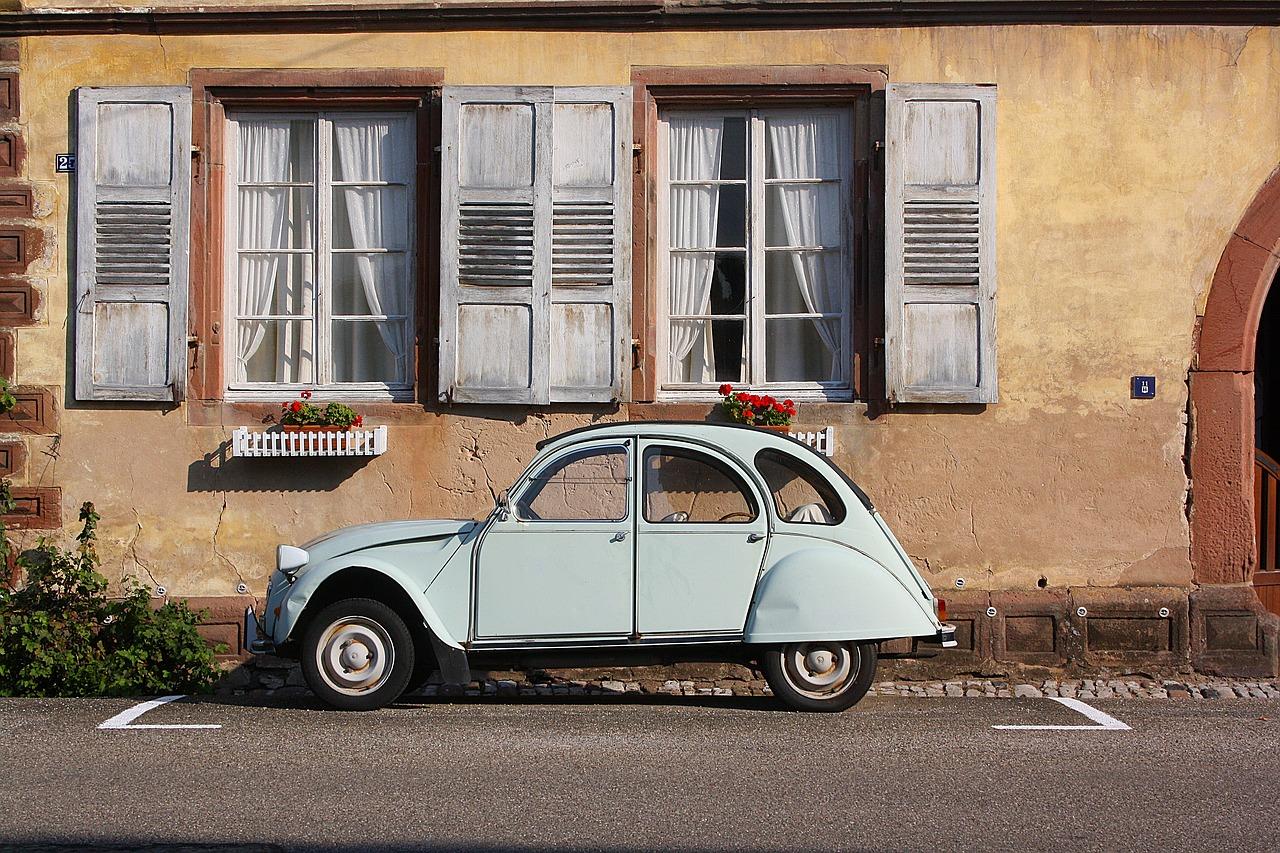 Auto před domem
