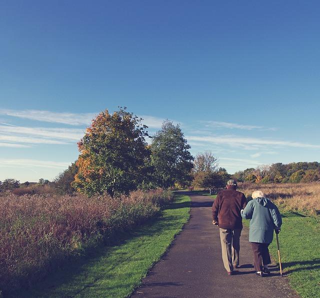 senioři na procházce